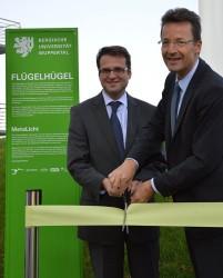 Andreas Feicht, Vorstandsvorsitzender der Stadtwerke Wuppertal, und Uni-Rektor Prof. Dr. Lambert T. Koch eröffnen den Flügel-Hügel - Foto: mg