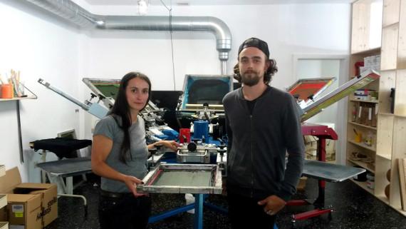 Die Siebdruckmaschine im hinteren Bereich des Ladens © ls