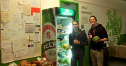 Foodsharing auf der AStA-Ebene: AStA-Referent Lukas Vaupel (l.) und Foodsaver Felix Buchborn füllen auf © AStA Wuppertal