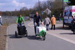 Mit dem Lastenrad unterwegs: Julian von den Mirker Schrauba (l.) und Christoph mit Fienchen (r.) © Joachim Busch