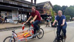 Top-Kombination: Christoph auf dem Lastenrad und Martin auf dem Faltrad © Julian Busch